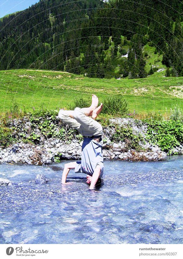 Die Lust am Leben Gewässer Schweiz Kopfstand Sommer taumeln spontan Dummkopf Mann Wasserkopf Lebensfreude Impuls Fluss Berge u. Gebirge Freude genießen Glück