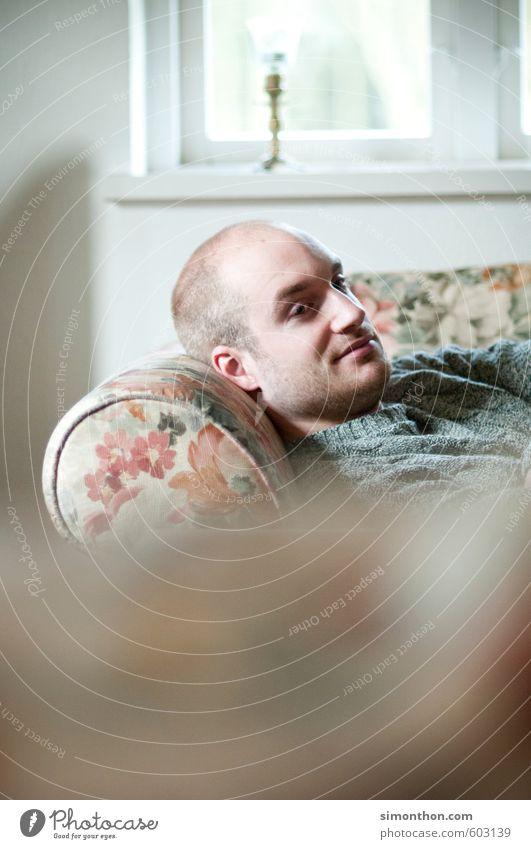 Bei Oma auf der Couch Häusliches Leben Wohnung Sofa Sessel maskulin 1 Mensch Zufriedenheit Geborgenheit Gastfreundschaft Gelassenheit ruhig Langeweile Trägheit