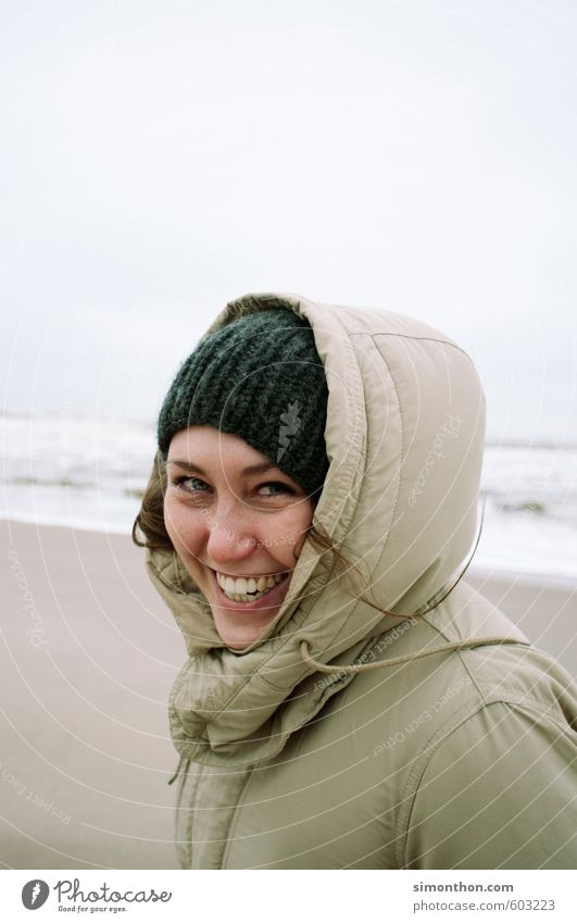 Beach Ferien & Urlaub & Reisen Ausflug Ferne Freiheit Strand Meer Insel Wellen feminin 1 Mensch Küste Nordsee Ostsee Mütze Abenteuer Erholung Freude