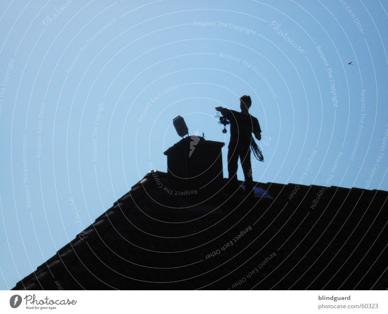 Man In Black I schwarz Umwelt oben Arbeit & Erwerbstätigkeit stehen hoch Klima Dach Sauberkeit Reinigen Wolkenloser Himmel Dienstleistungsgewerbe Umweltschutz