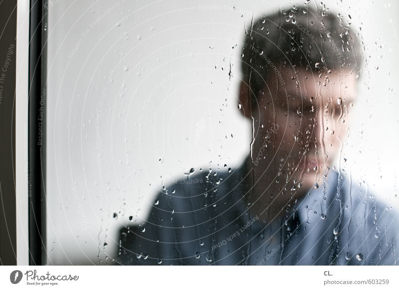 erstes 2014 | drinnen wie draußen Wohnung Mensch maskulin Mann Erwachsene Kopf 30-45 Jahre Herbst schlechtes Wetter Regen sitzen trist blau grau Langeweile