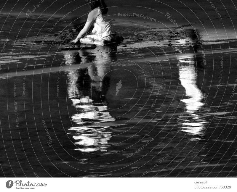 Beach Life Strand schwarz weiß grau Mädchen Kind Spielen nass Sand black white grey child playing Schatten shadow reflektion reflection water Wasser wet