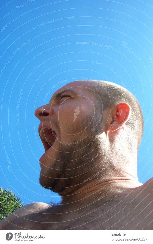 Befreiungsschrei Mann blau schreien Bart Blauer Himmel gähnen
