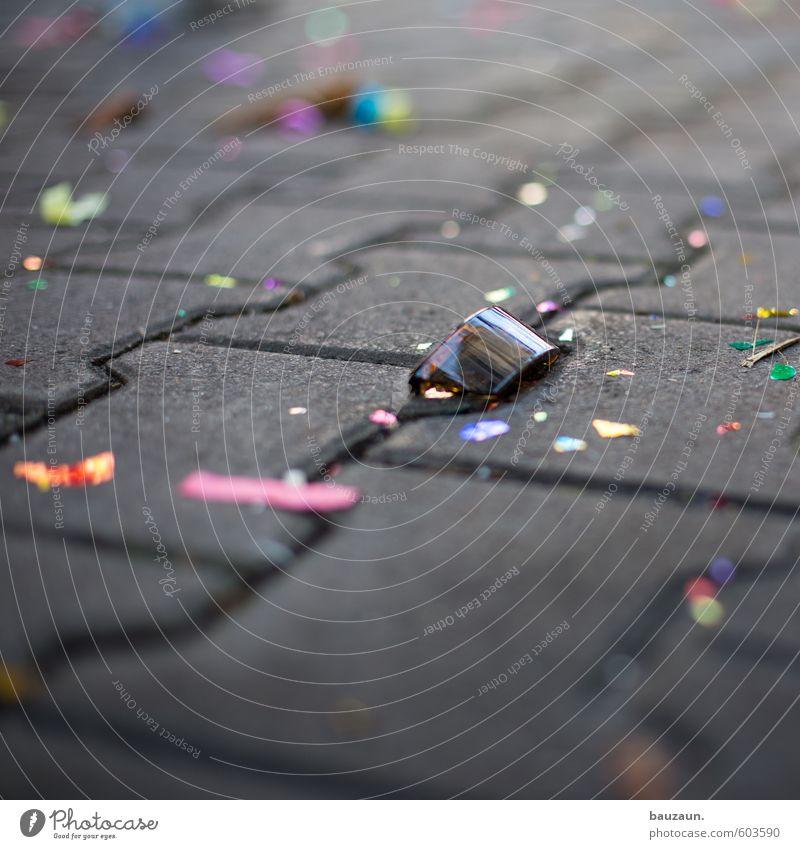 scherbenhaufen. Stadt Farbe Freude Straße Wege & Pfade Glück Stein Feste & Feiern Party dreckig glänzend Glas Fröhlichkeit fallen Silvester u. Neujahr Karneval