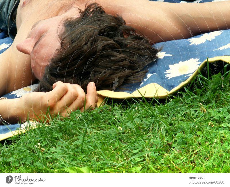summerfeeling Mann Hand Erholung Wiese Gras Frühling Haare & Frisuren Kopf maskulin Finger liegen genießen Picknick Decke Oberkörper