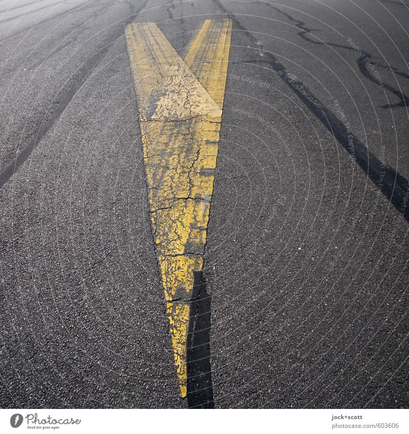 auf die Spitze getrieben gelb Wege & Pfade grau modern Perspektive Spitze retro Grafik u. Illustration planen Sicherheit Asphalt fest Pfeil nah lang Verkehrswege