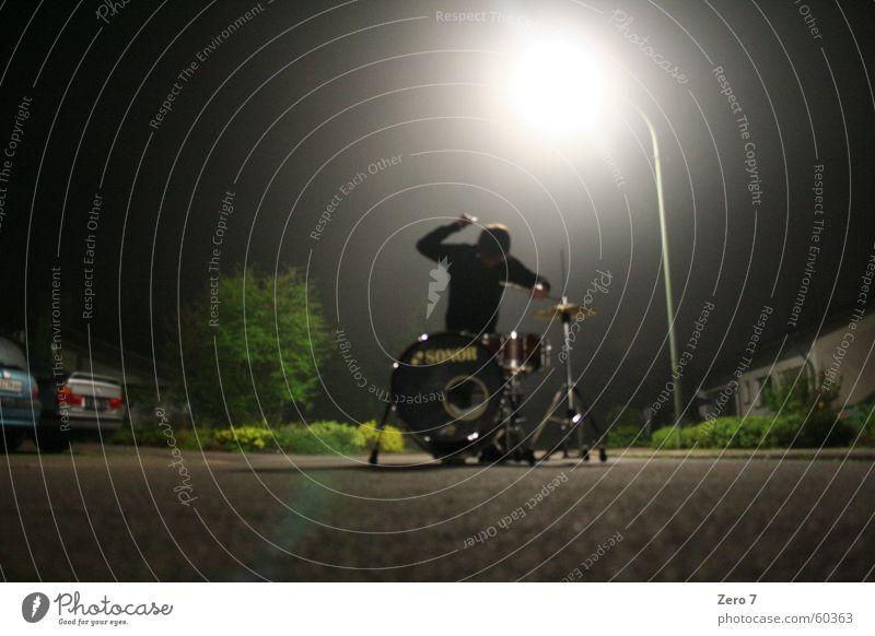 Hit the road jack Schlagzeug Schlagzeuger Straßenmusiker Laterne Licht Heiligenschein Erkenntnis seltsam Musik Musiker hau drauf aggro yeah auf der straße