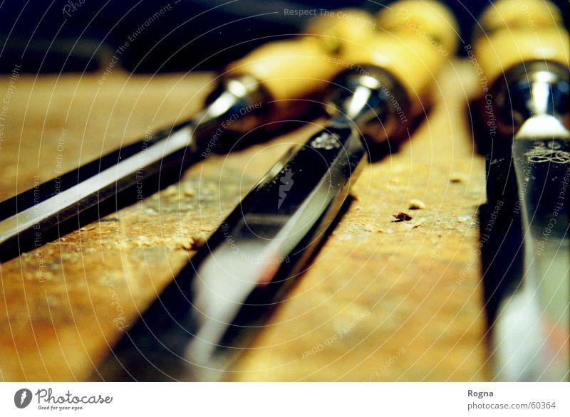Stechende Arbeit Tischler Stecheisen Werkzeug Hobelbank Holz Arbeit & Erwerbstätigkeit Handwerk Eisen Messer schreinerrei spähne techik Metall Detailaufnahme