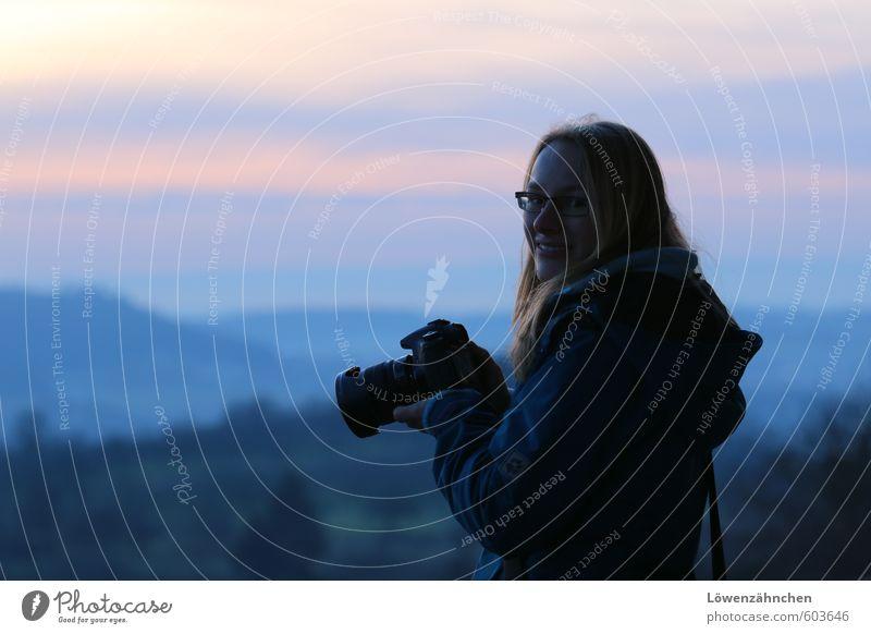 not blue Mensch feminin Junge Frau Jugendliche 1 18-30 Jahre Erwachsene Landschaft Jacke Fotokamera blond langhaarig Lächeln Freundlichkeit Fröhlichkeit schön
