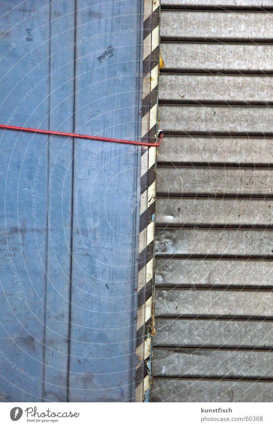 Magst du rot? alt weiß blau schwarz Arbeit & Erwerbstätigkeit grau Schilder & Markierungen Schutz Tor Statue Fleck Spedition Rampe Außenseiter Beule