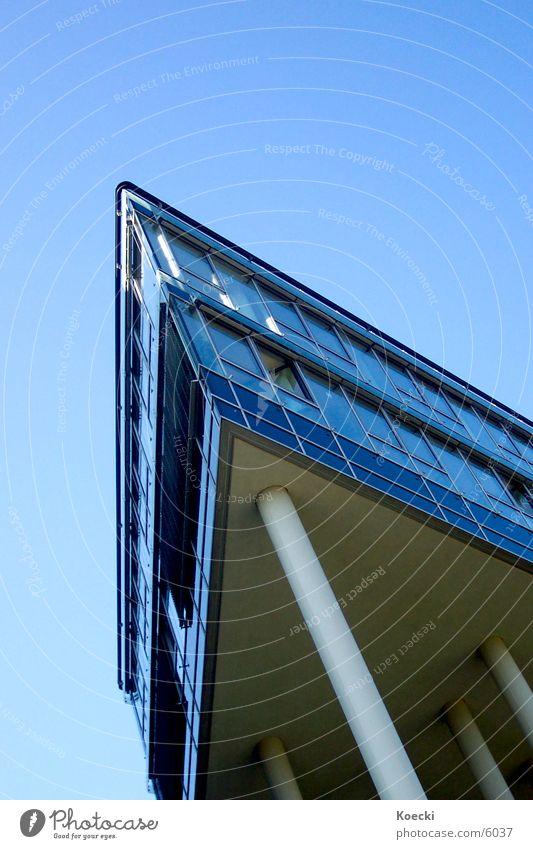 MediaPark I Köln Mediapark Hochhaus Bürogebäude seltsam Architektur köln turm Sonne Blauer Himmel modern Säule hoch Ecke