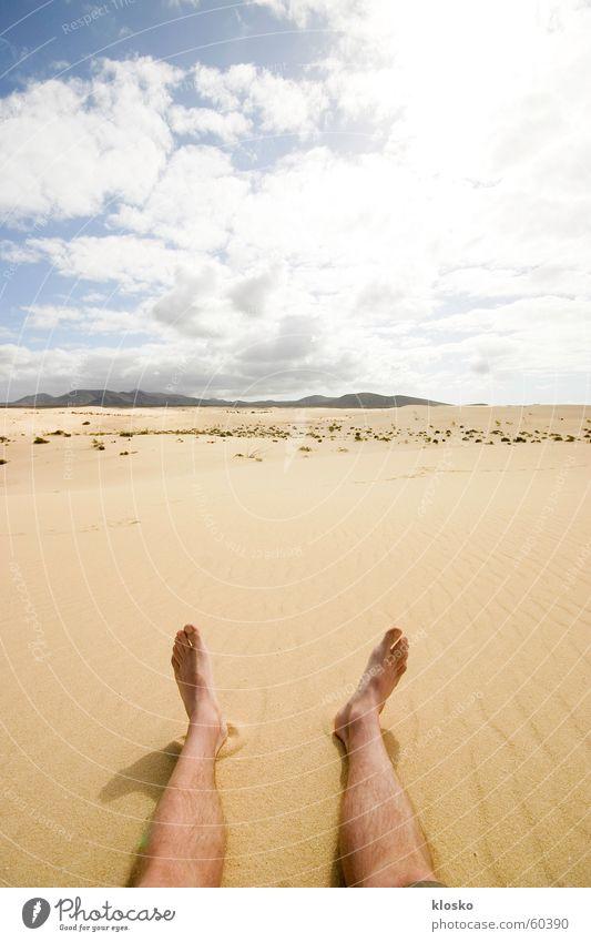 Barfuß in der Wüste Himmel Sonne Sommer Einsamkeit Wärme Sand Beine Fuß Horizont wandern Wüste Aussicht Unendlichkeit Physik heiß Afrika