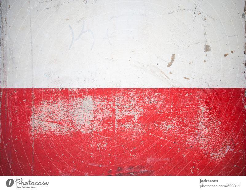 Freifläche mit Zeit Wand Fassade Streifen einfach fest kaputt rot weiß Putzfassade Schramme Oberflächenstruktur Farbanstrich Tick Spuren Abnutzung zweifarbig
