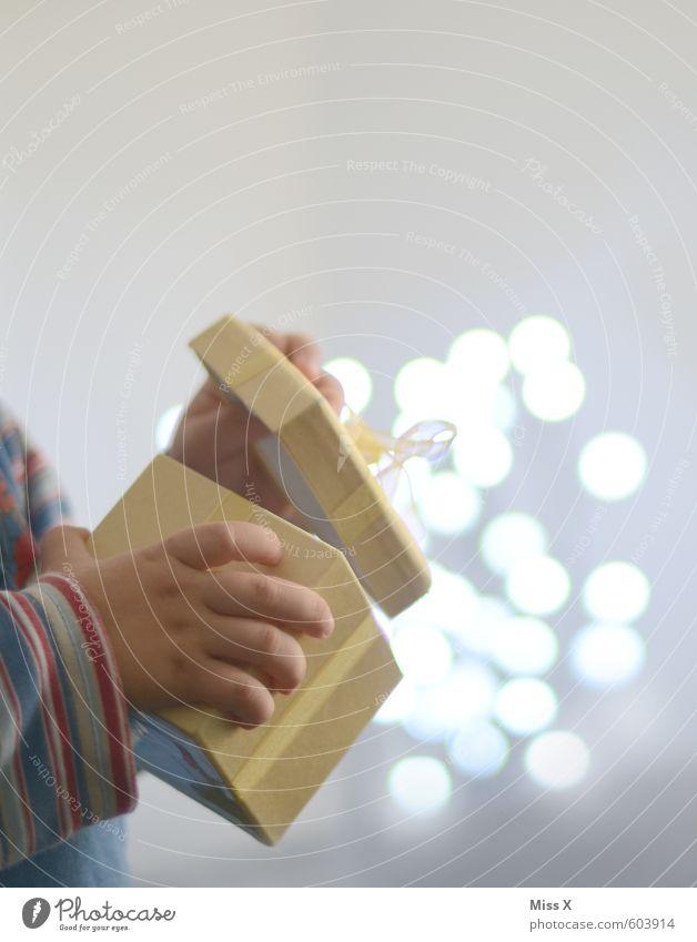 Pandora Feste & Feiern Weihnachten & Advent Geburtstag Mensch Kind Kleinkind Hand Finger 1-3 Jahre Verpackung Paket fliegen glänzend leuchten Gefühle Stimmung