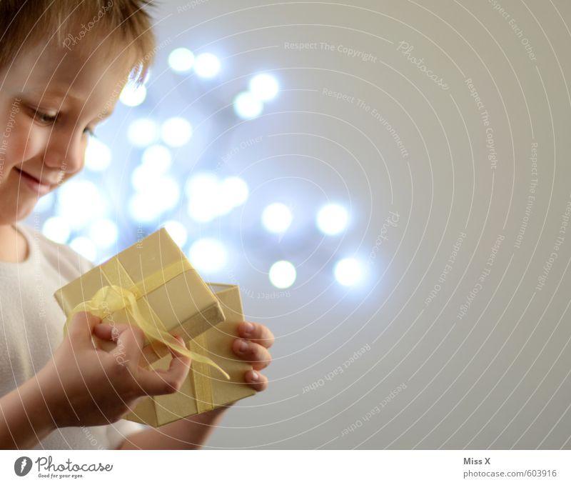 Überraschung Mensch Kind Weihnachten & Advent Freude Gefühle Spielen Glück Stimmung Freizeit & Hobby leuchten Kindheit Geburtstag Lächeln Geschenk Hoffnung Neugier