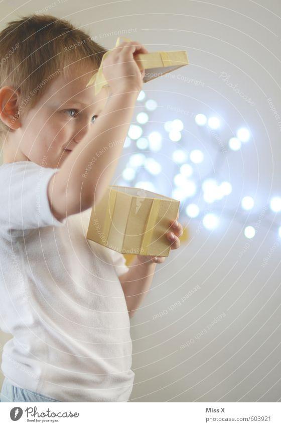 Box Mensch Kind Weihnachten & Advent Gefühle Junge Spielen Glück außergewöhnlich hell Stimmung fliegen glänzend Freizeit & Hobby leuchten Kindheit Geburtstag