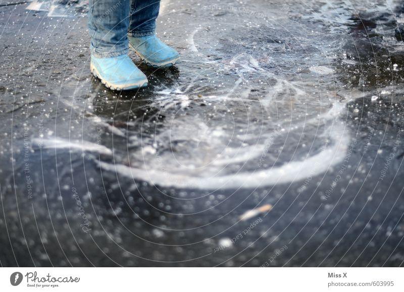 Knack Spielen Kind Junge 1 Mensch Wasser Winter schlechtes Wetter Eis Frost Teich Gummistiefel kaputt Gefühle Stimmung Angst gefährlich bedrohlich Pfütze