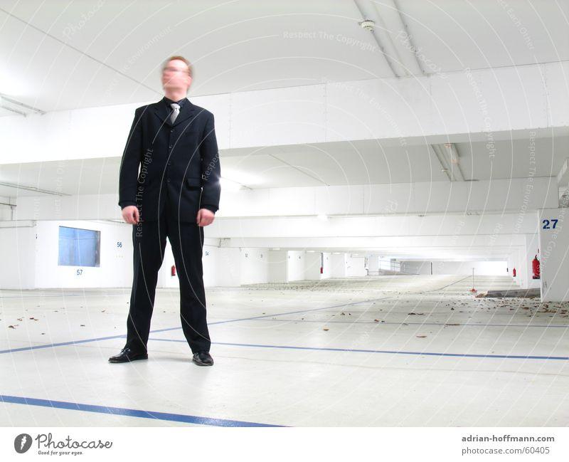 ...wo mir der Kopf steht! Mann groß stehen Anzug schwarz rothaarig schütteln weiß Tiefgarage Garage Neonlicht Leuchtstoffröhre Feuerlöscher Ziffern & Zahlen
