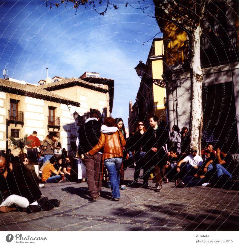 primavera springen La Latina Madrid Lomografie Freude young people lubitel 166b sunny day happiness walk sunday morning