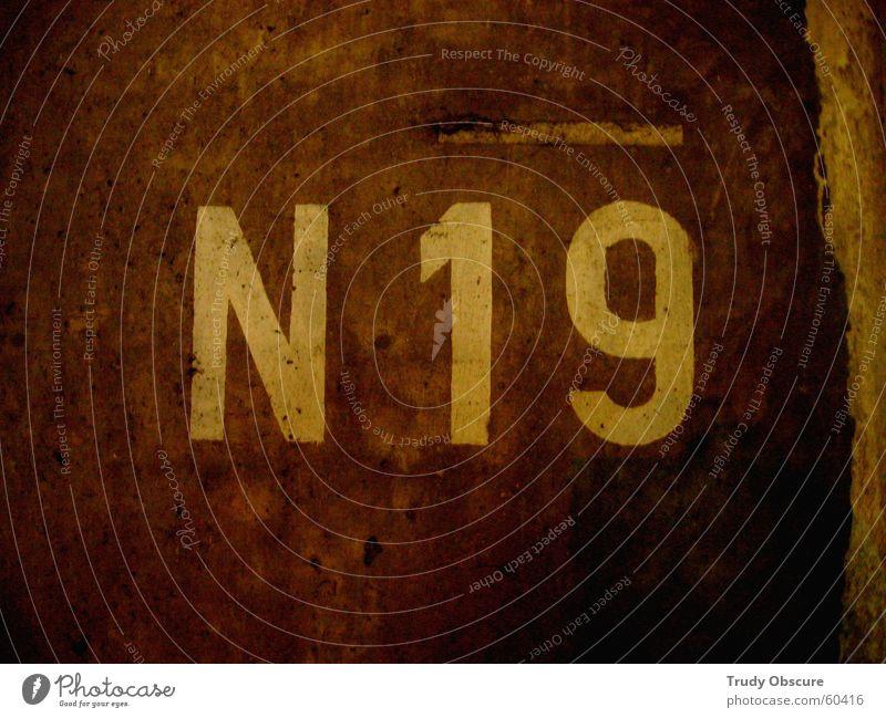 N - nineteen - 19 dunkel Wand Mauer braun Hintergrundbild Beton Schriftzeichen Ziffern & Zahlen Buchstaben Oberfläche unklar unlogisch