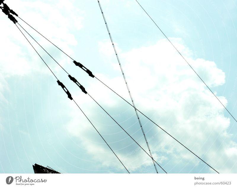 40 MB auf 100 km UFO Kabel Stahlkabel Elektrizität Straßenbahn durcheinander Zickzack fest Linie gespannt Sicherheit Himmel nette wolke so ein teil