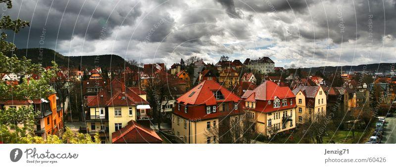Fensterblick. Haus Wolken Dach Stadt Wetter