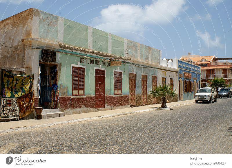 Kolonialstil in Kapverden Haus Fenster Tür Fassade Afrika Ladengeschäft Bürgersteig Palme Tuch Häuserzeile Santa Maria Natursteinhaus Cabo Verde