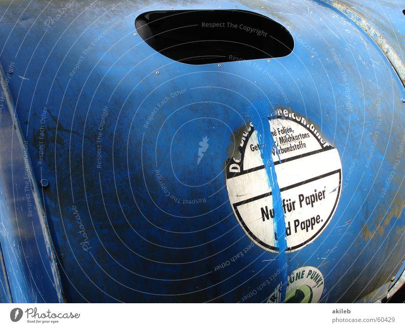 Armer Schlucker Papiercontainer Altpapier entsorgen Verlauf Karton Grüner Punkt Recycling Umwelt Öffnung wegwerfen blau Container Metall