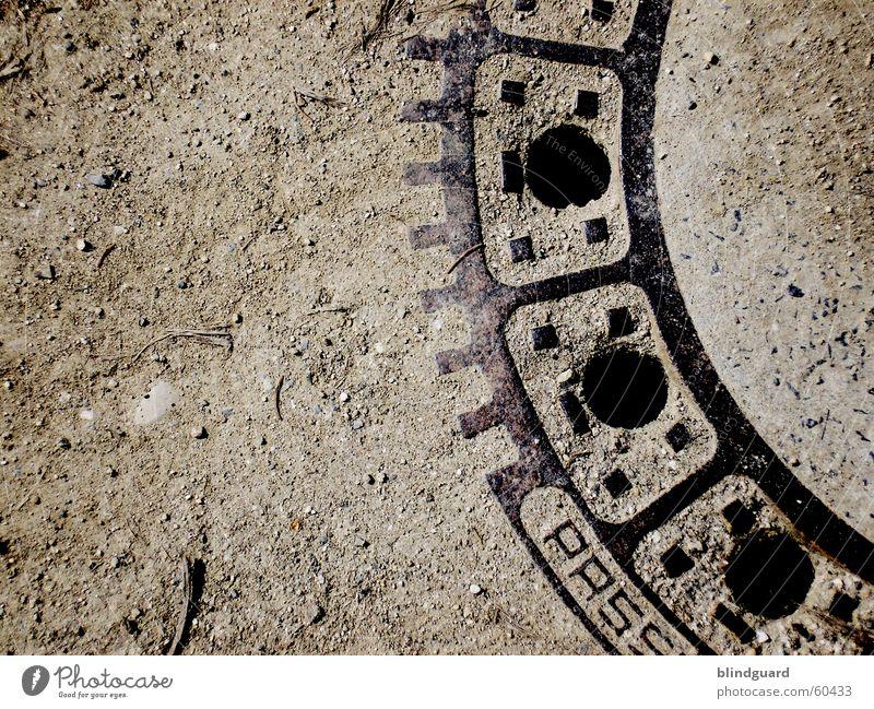 Kanaldeckel (dunkel) Sand dreckig Erde Müll Staub Gully Abfluss Abwasserkanal Abwasser