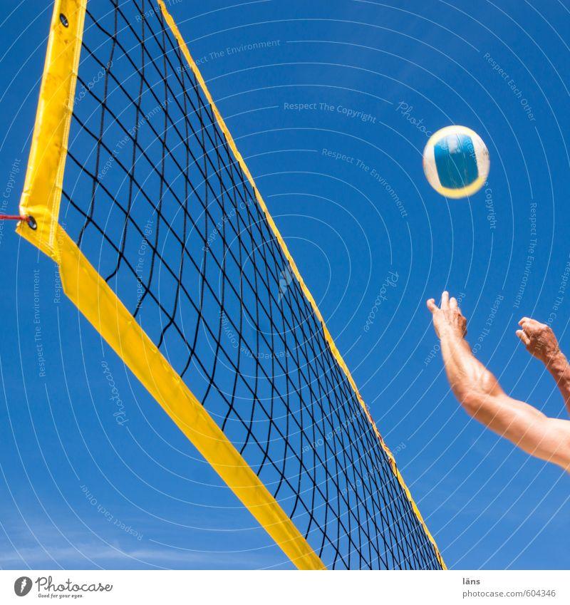 Sommer am Strand ° l Spiel Satz Sieg Mensch Himmel blau Sonne Hand Freude gelb Bewegung Sport Spielen Freizeit & Hobby Kraft Arme Schönes Wetter
