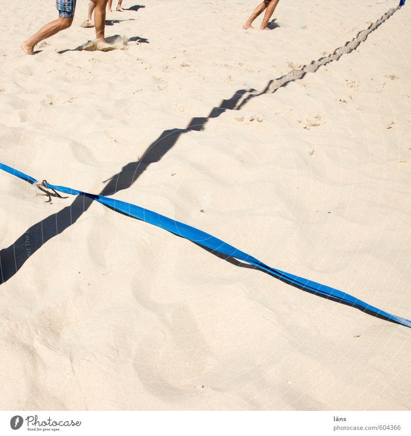Spielfeldrand Mensch Sommer Freude Strand Sport Spielen Sand Beine Linie Fuß braun Menschengruppe laufen Platz Lebensfreude