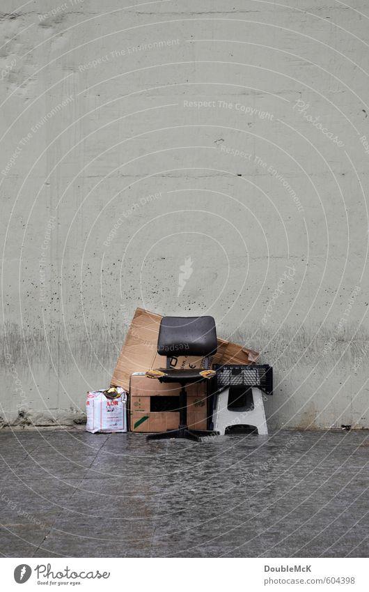 Kuschelgruppe | Bestellt und nicht abgeholt Umzug (Wohnungswechsel) einrichten Möbel Stuhl Umzugskarton Karton Tropfen warten alt Armut dreckig kaputt nass