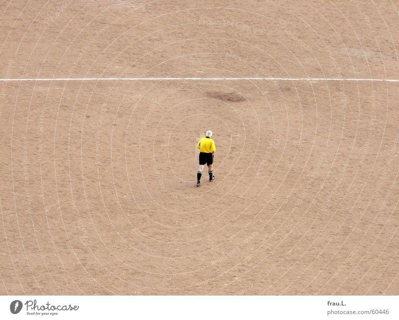 Schiedsrichter Mitte Spielen Fußballplatz Mann Senior gehen Trikot Freizeit & Hobby Sport weißes haar gelbes hemd schwarze hose Einsamkeit Linie Mittelpunkt
