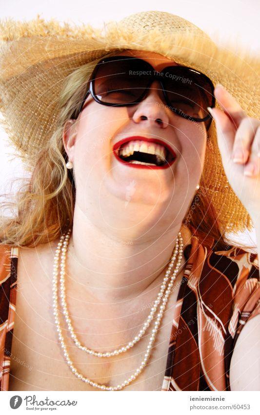 Summertime Frau Sommer Freude lachen Zähne Hut Sonnenbrille Brille Perlenkette