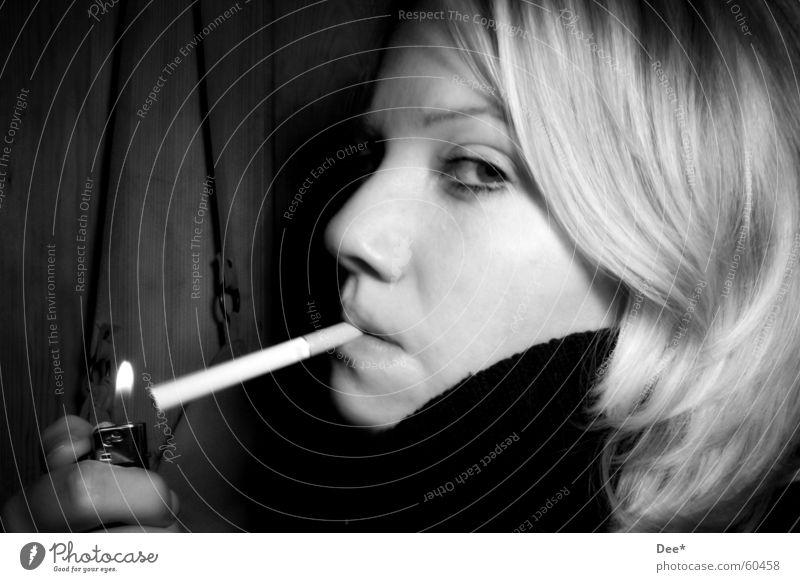 Beim Rauchen erwischt... Frau Zigarette blond Feuerzeug Hand Finger Licht Rauschmittel Tabak Gesicht Mensch Haare & Frisuren Brand Schwarzweißfoto Auge Mund