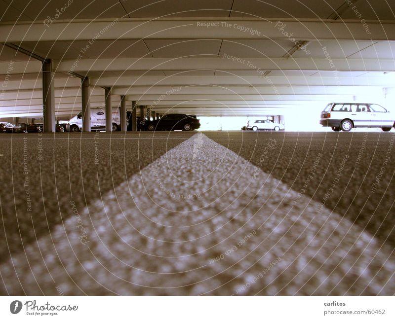 Alle bekommen ein Knöllchen, nur nicht Klaus .. Parkhaus Parkplatz Parkplatzmangel Frauenparkplatz Markierungslinie weiß leer Stahl Beton Lieferwagen