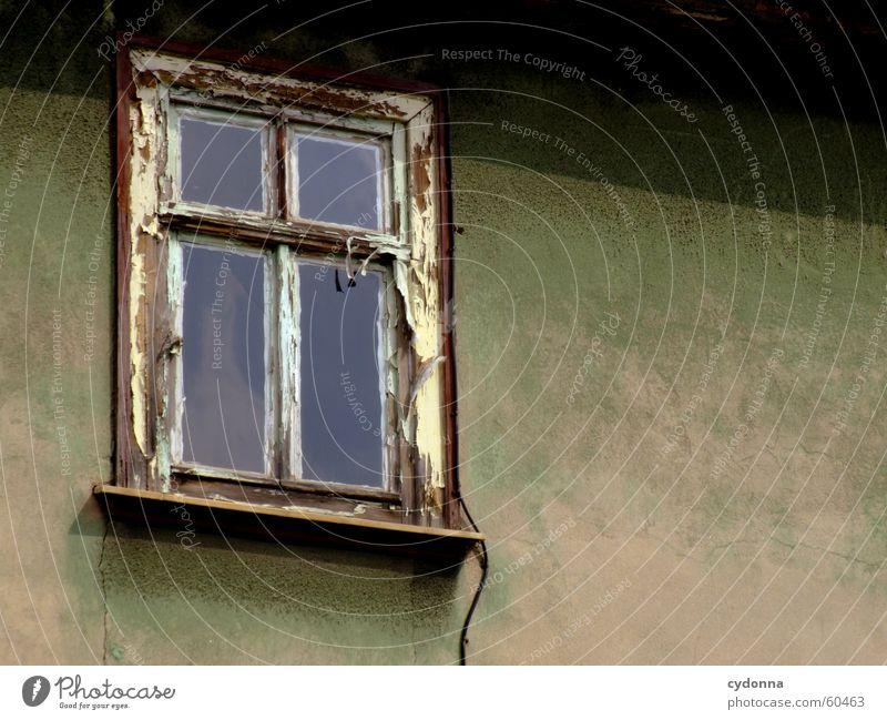 Niemand da? Haus Fassade Fenster Verfall Unbewohnt dunkel unheimlich abblättern ausgebleicht alt Einsamkeit Farbe Architektur