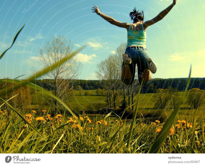 einmal abheben... Mensch Blume Freude Wiese springen Stil Blüte Gras Frühling Landschaft fliegen Löwenzahn hüpfen