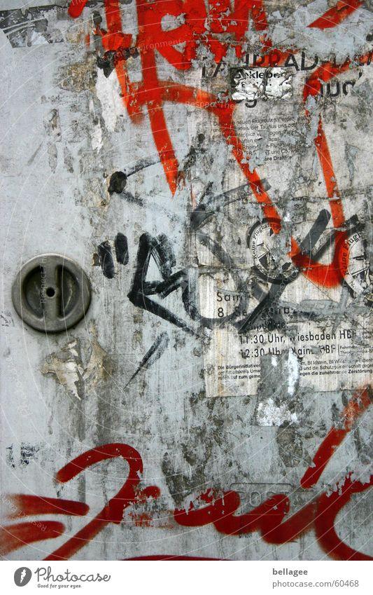 stromkasten rot grau Griff Plakat kaputt kennzeichnen beschmutzen Schmiererei trist Stadt sprühen Wohnsiedlung Fetzen Klebespuren Kunst Elektrizität Rest