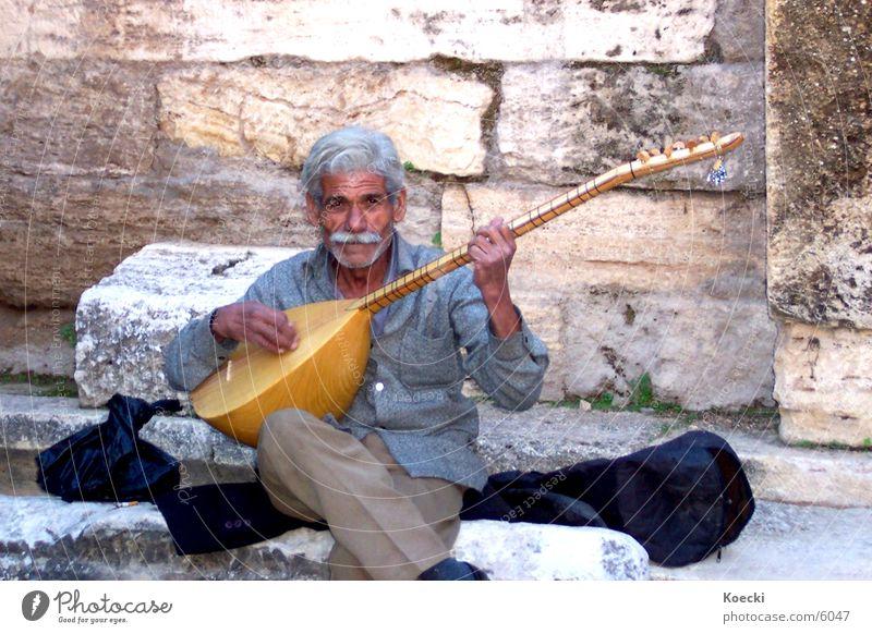 Spielender Türke Mensch Mann Sonne Sommer Ferien & Urlaub & Reisen Musik Wärme Stimmung Erwachsene maskulin Ausflug Senior Tourismus Physik Lebensfreude Gitarre
