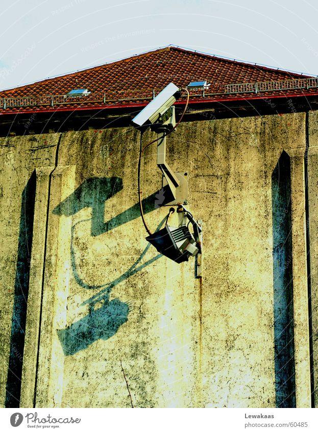 Überwachung Stein Mauer Metall Beton Dach Fotokamera beobachten fangen gefangen Kriminalität Justizvollzugsanstalt Gitter Krimineller Haftstrafe Nürnberg
