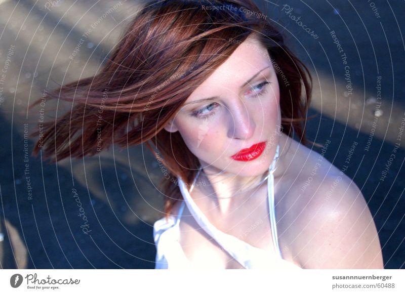 redportrait Frau Mensch Jugendliche schön rot Farbe Gesicht Erwachsene feminin kalt Erotik Gefühle träumen Mode Wind elegant