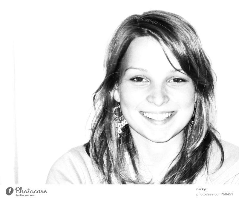 SMILE :) Frau süß schwarz weiß schön Porträt Haare & Frisuren Gesicht Ohrringe Auge Nase Mund lachen herzallerliebst grinsen das leben ist schön