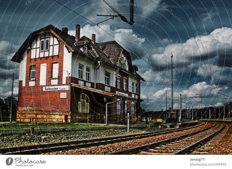 Provinz. Eisenbahn Gleise Oberleitung Wolken Fachwerkfassade Fachwerkhaus Bahnhof weich Himmel