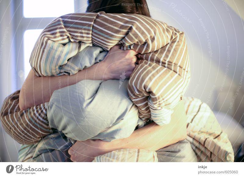 Kuschelgruppensolo Lifestyle Freizeit & Hobby Häusliches Leben Schlafzimmer Frau Erwachsene Arme Unterarm 1 Mensch 30-45 Jahre Bettdecke Traurigkeit weich