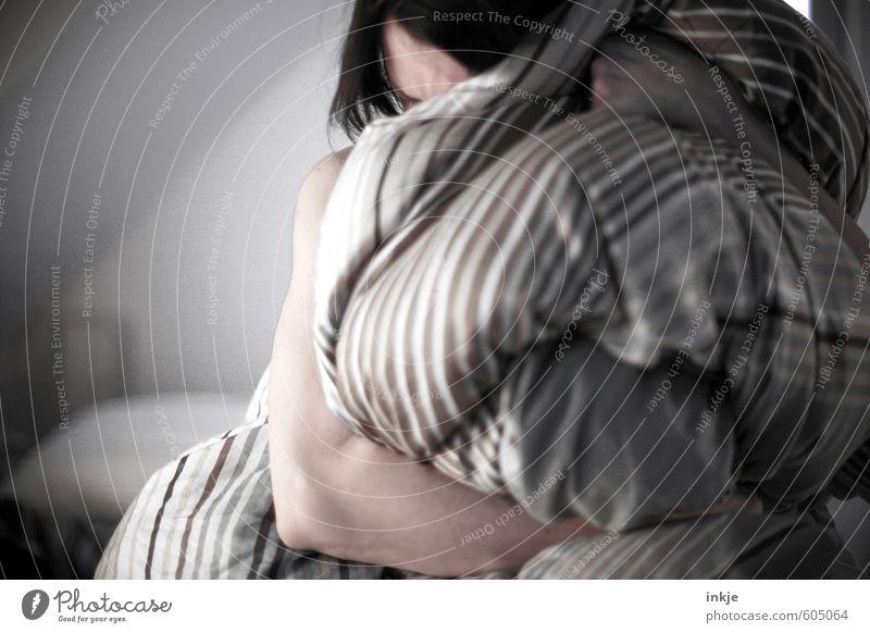 Aussenseiter | Kuschelgruppe Schlafzimmer Frau Erwachsene Leben Haare & Frisuren Arme 1 Mensch 30-45 Jahre Bettdecke Traurigkeit kuschlig weich Gefühle Stimmung