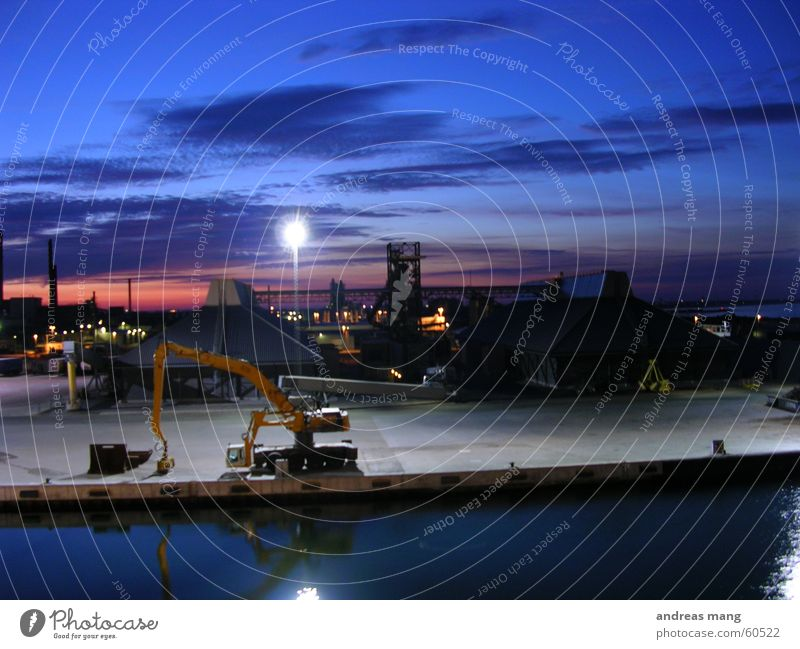 Abendstimmung am Hafen I Bagger Meer Anlegestelle Dämmerung Feierabend Portwein Himmel Sonnenuntergang Industriefotografie sky evening