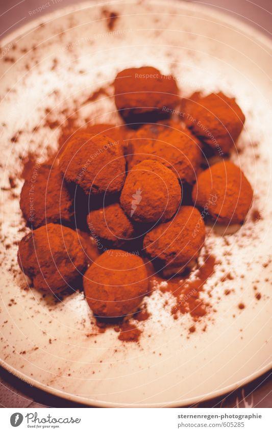Schokoladentrüffelunordnung. Essen braun Lebensmittel Zufriedenheit Lifestyle genießen Ernährung süß viele Küche Süßwaren Restaurant Teller Schokolade Dessert Sinnesorgane