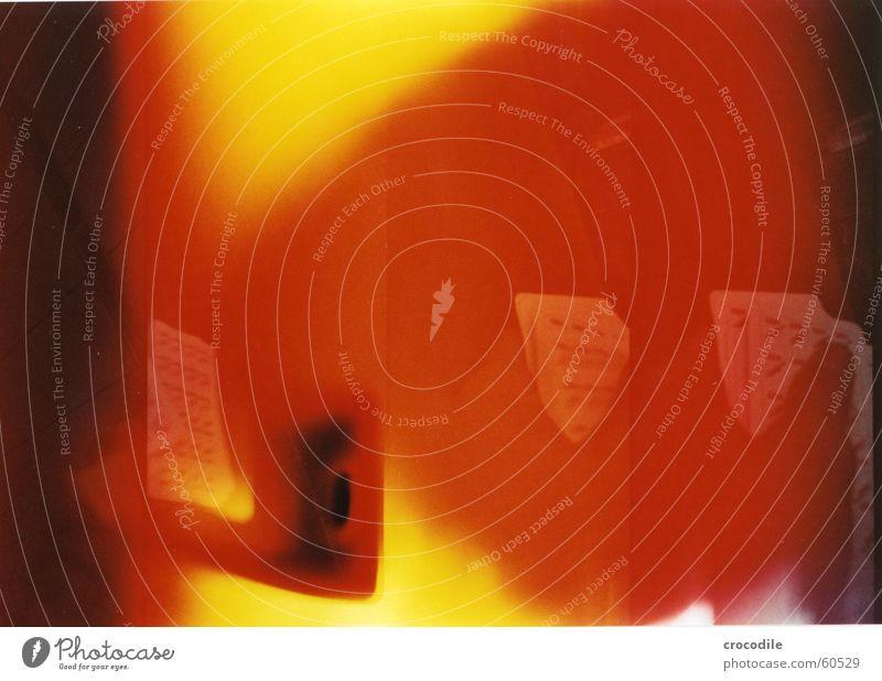 kartentrick Hand rot schwarz gelb dunkel orange mischen Überbelichtung