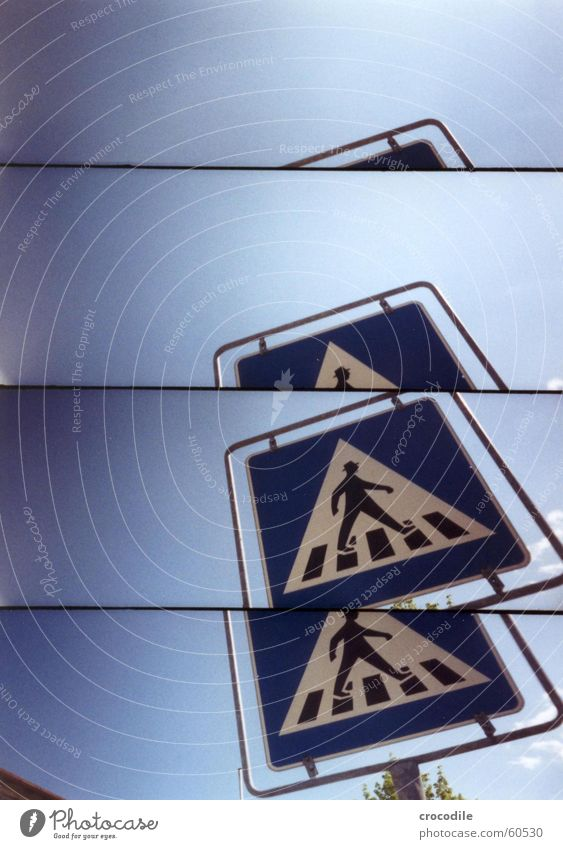 zebrastreifentreter blau gehen Straßenverkehr Schilder & Markierungen Sicherheit Lomografie Übergang Zebrastreifen